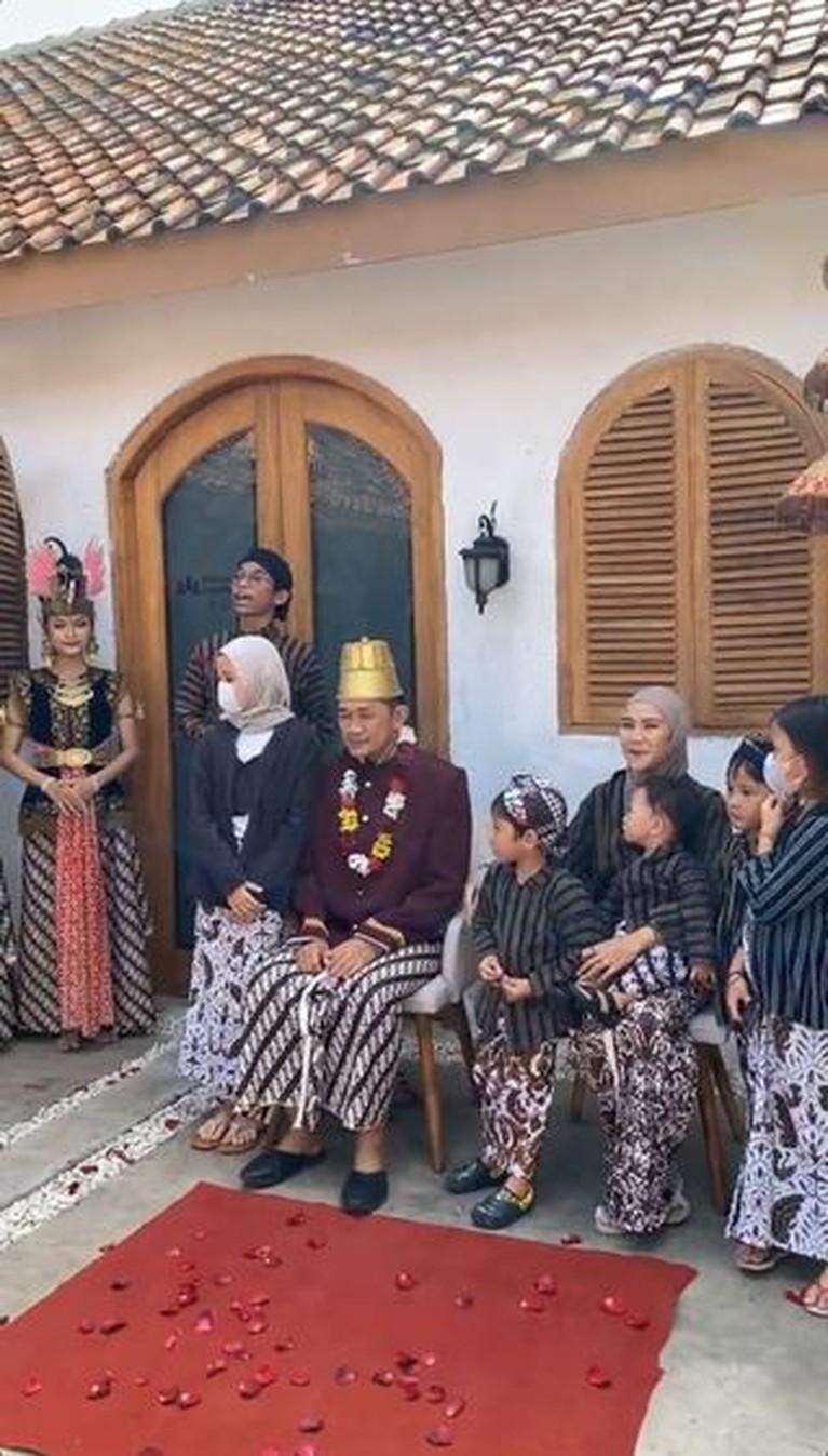 Hanung Bramantyo berulang tahun yang ke 46, ia pun dapat kejutan unik dari sang istri. Yuk kita intip momennya!