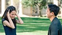 <p>Momen itu sontak membuat Sabrina Anggraini terkejut. Ia dibuat salah tingkah oleh sang kekasih. Gemes banget, Bunda! (Foto: Instagram @sabrinaanggraini)</p>