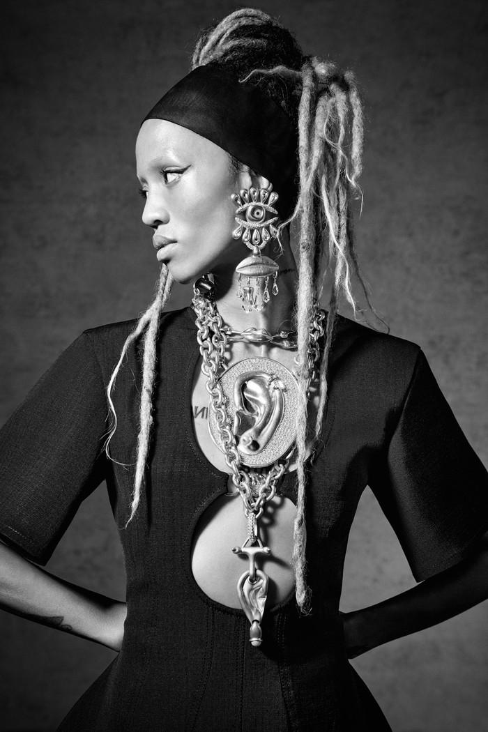 Masih ingat dengan tampilan Bella Hadid di Cannes yang memakai kalung 'paru-paru'? Jangan kaget bila kelak ia atau selebriti lainnya akan mengenakan anting surealis heboh dari Schiaparelli berikut. Foto: Daniel Roseberry/Courtesy of Schiaparelli
