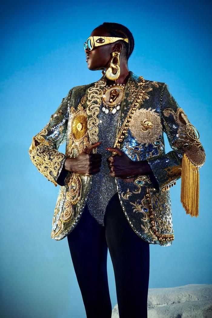 Lupakan kreasi bergaya chic, Schiaparelli selalu mengedepankan desain yang unik. Seperti sunglasses dengan motif mata. Foto: Daniel Roseberry/Courtesy of Schiaparelli