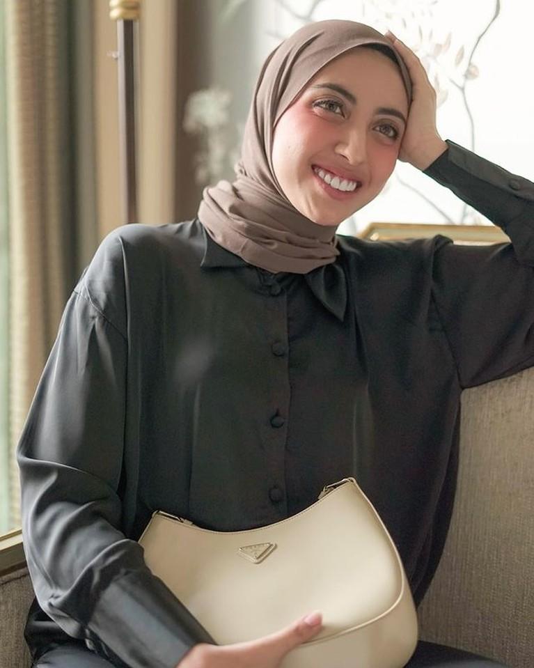 Vicky Alaydrus sahabat Rachel Vennya sedang disorot karena memutuskan lepas hijab. Yuk intip sosoknya!