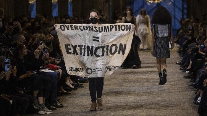 Ini Cerita Aktivis Lingkungan yang Menyusup dan Melakukan Aksi Protes di Fashion Show Louis Vuitton