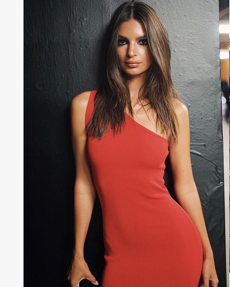 Emily Ratajkowski mengaku dilecehkan oleh Robin Thicke saat pembuatan MV Blurred Lines. Yuk kita intip potret Emily!