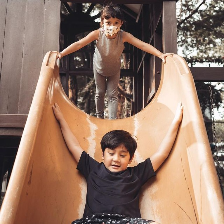 Keseruan Duo Andara Gempi & Rafathar Saat Main Sepatu Roda hingga Perosotan