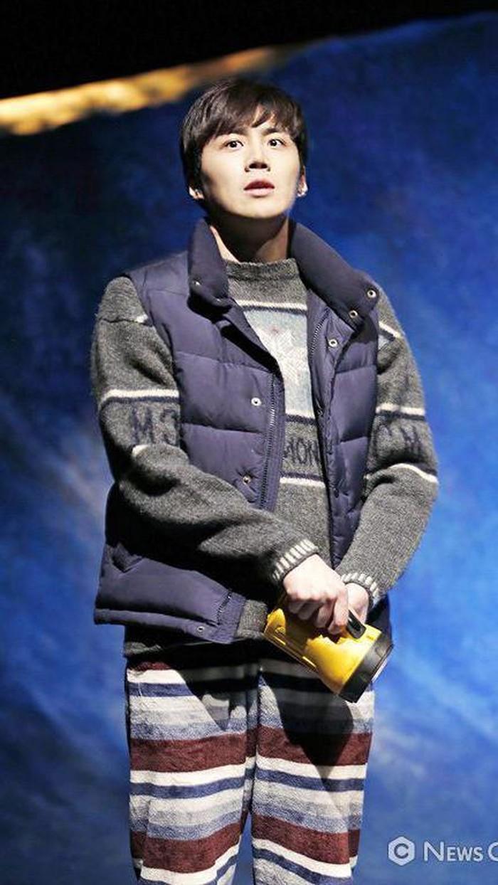 Aktor si pemilik lesung pipi ini dianggap sudah 'terlalu tua' untuk debut di dunia hiburan, yakni ketika ia berusia 32 tahun. Drama Korea pertamanya yakni Good Manager (2017), dengan perannya sebagai karyawan 'culun' bernama Sun San Tae. /Foto: News Culture/Twitter @seonho_daily