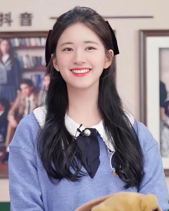 Meski masih berusia 22 tahun dan terlihat imut-imut, Zhao Lusi sudah berperan dalam beberapa drama dan film, lho. Jika kamu sudah menonton drama 'Dating in The Kitchen', kamu pasti tidak asing dengan wajah cantiknya ini! /Foto:instagram.com/@zhaolusi_official