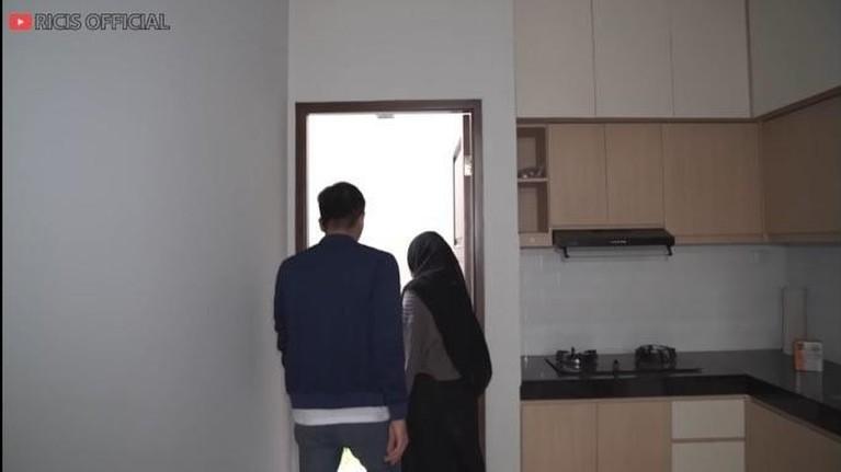 Teuku Ryan calon suami Ria Ricis membeli sebuah rumah baru di kawasan Jakarta. Yuk intip penampakan rumahnya!