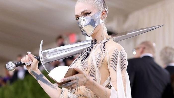 Intip Gaya Anti Mainstream Grimes, Musisi Inovatif yang Nyentrik Abis! Sampai Bawa Pedang ke Met Gala