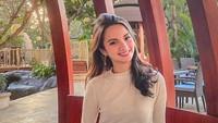 <p>Meski penampilannya feminin banget, Sabrina Anggraini kerap memberi semangat kepada perempuan untuk bisa setara dengan laki-laki di bidang teknologi. Ya, Sabrina sendiri adalah CEO dari firma desain produk digital, Natuno Design Lab. (Foto: Instagram @sabrinaanggraini)</p>