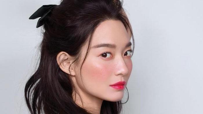 Gaya Lawas Shin Min Ah dan Jamie Dornan di Pemotretan yang Bikin Fans Baper