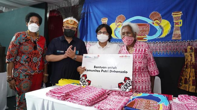 Direktur Consumer Service Telkom Venusiana, mendampingi Menteri BUMN Erick Thohir mengunjungi komunitas seni, budaya, dan pendidikan binaan IndiHome di Papua.