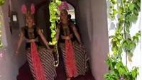 <p>Saking niatnya, terdapat dua pegawai Hanung yang mengenakan kostum bak penari Srimpi yang mengarak datangnya Hanung. (Foto: Instagram @zaskiaadyamecca)</p>