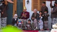 <p>Namun, ada yang unik dari perayaan ulang tahun Hanung Bramantyo kali ini. Keluarga sengaja membuat kejutan untuknya, dengan memakai kostum ala ningrat. (Foto: Instagram @zaskiaadyamecca)</p>