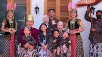 <p>Hanung Bramantyo mengenakan kostum seperti sultan, sementara Zaskia dan anak-anaknya mengenakan kostum ala keluarga ningrat. (Foto: Instagram @zaskiaadyamecca)</p>
