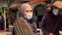 <p>Zaskia Adya Mecca dan anak-anaknya ternyata sudah rapi mengenakan kostum di toko kue mereka, Mamahke Jogja. Begitu datang, Hanung Bramantyo terkejut dan tertawa melihat aksi keluarganya itu. (Foto: Instagram @zaskiaadyamecca)</p>