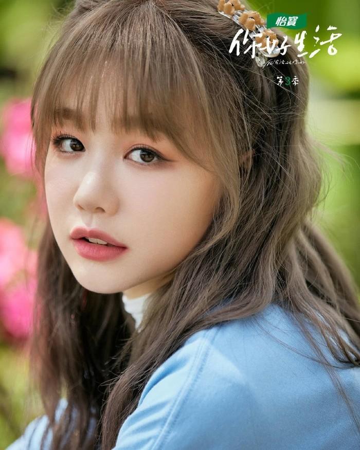 Xu Meng Jie baru-baru ini membintangi drama berlatar di sekolah berjudul 'Our Secret' bersama dengan Chen Zhe Yuan. Meski sudah berusia 27 tahun, aktris yang lebih dikenal dengan Rainbow Xu ini masih cocok kalau dibilang anak SMA, ya. /Foto: instagram.com/@xumengjie_94s