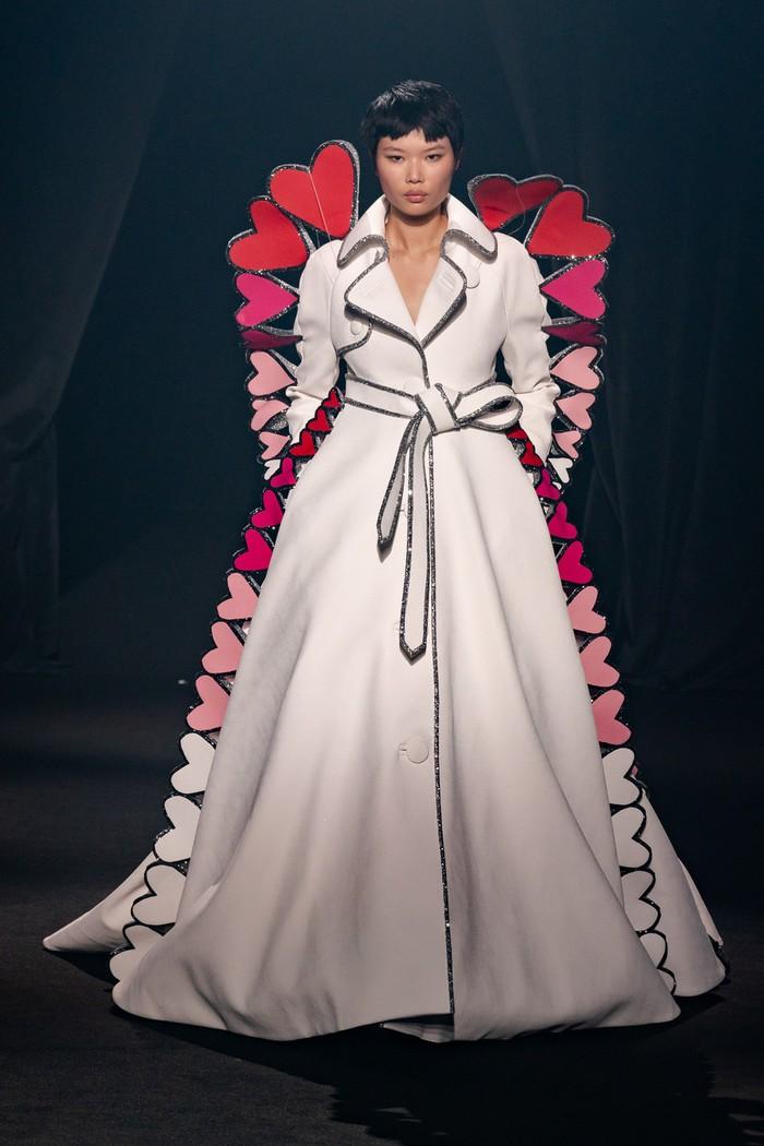 Bentuk hati juga dipilih Viktor & Rolf yang membuatnya menjadi detail lining pada coat dress. Foto: livingly.com/IMAXtree