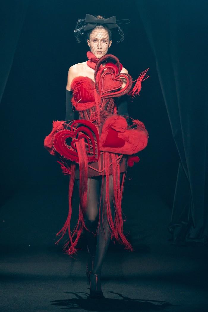 Jean Paul Gaultier mengemas bentuk hati menjadi lebih kinky dalam gaun korset andalannya. Foto: livingly.com/IMAXtree