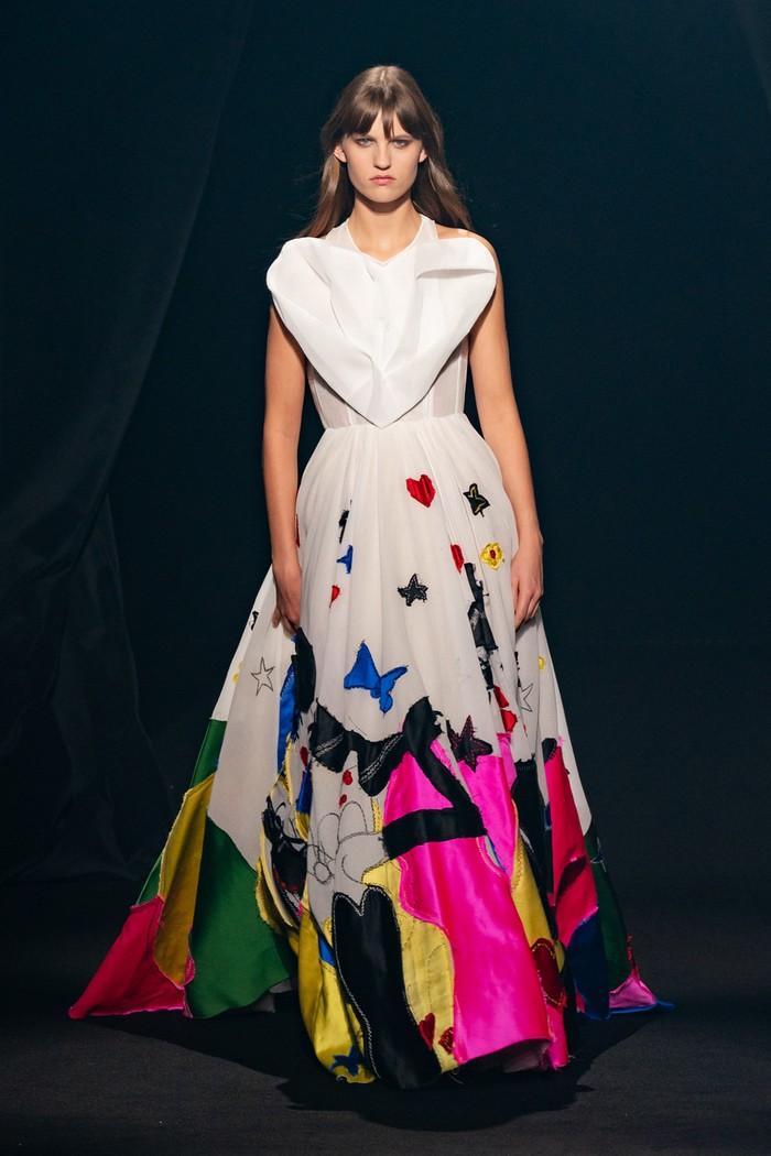 Bentuk hati menjadi salah satu simbol favorit Elbaz. Dior menampilkannya dalam sebuah gaun berhiaskan motif penuh warna yang playful. Foto: livingly.com/IMAXtree