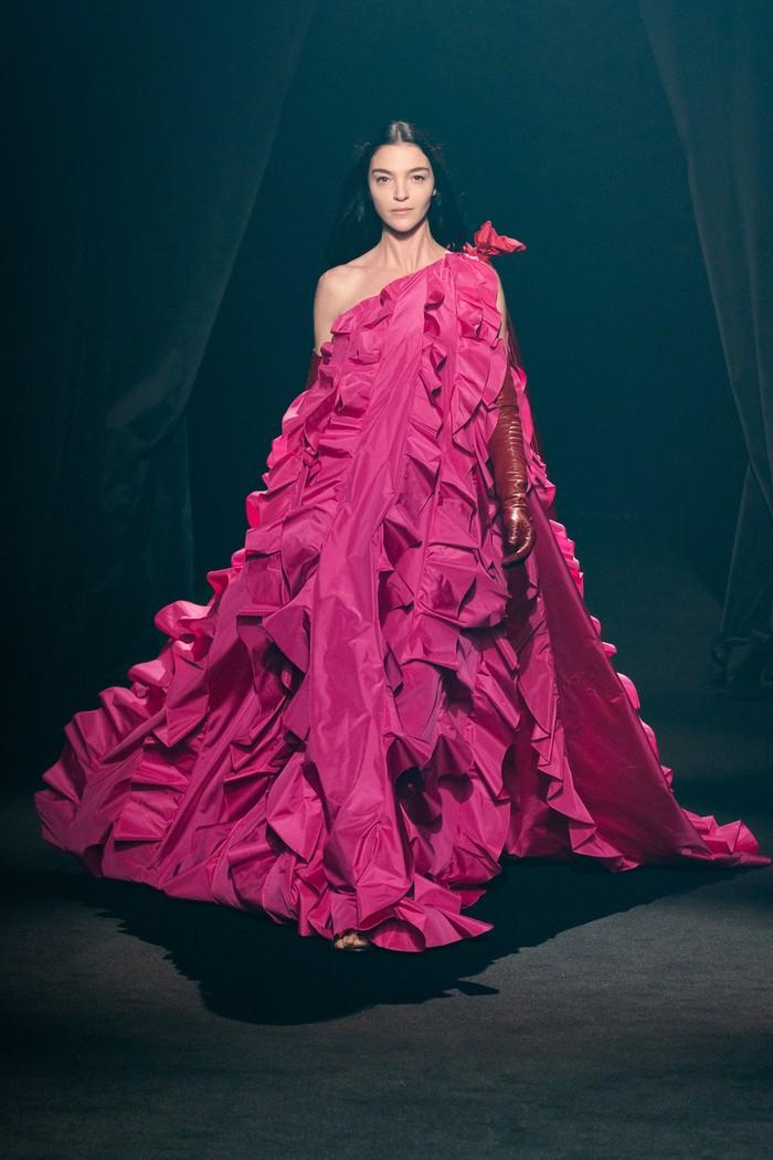 Sebuah gaun one shoulder dari koleksi Lanvin menjadi inspirasi dari rumah mode Valentino. Sang creative director Pierpaolo Piccioli sendiri dikenal bersahabat dengan Elbaz. Foto: livingly.com/IMAXtree