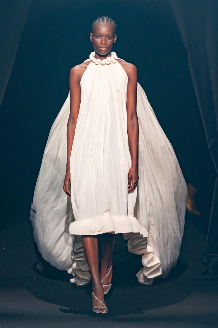 Bruno Sialelli selaku penerus Elbaz di Lanvin menampilkan gaun putih yang berhiaskan foto sang desainer pada bagian belakang. Foto: livingly.com/IMAXtree