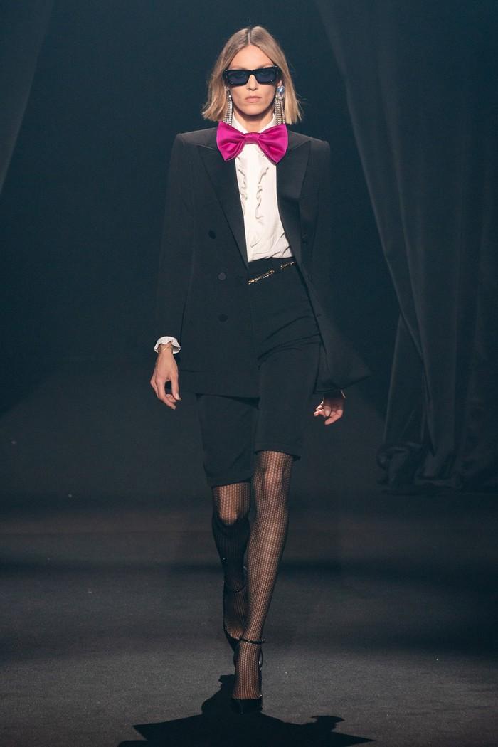 Anthony Vaccarello dari rumah mode Saint Laurent menampilkan look yang terinspirasi dari personal style Elbaz yakni dasi kupu-kupu. Foto: livingly.com/IMAXtree