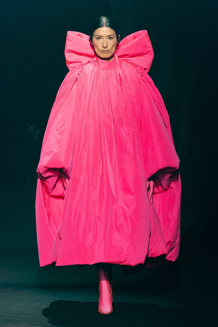 Demna Gvasalia dari Balenciaga memberi penghormatan dengan memilih salah satu warna favorit Elbaz yakni pink pada coat klasik. Foto: livingly.com/IMAXtree
