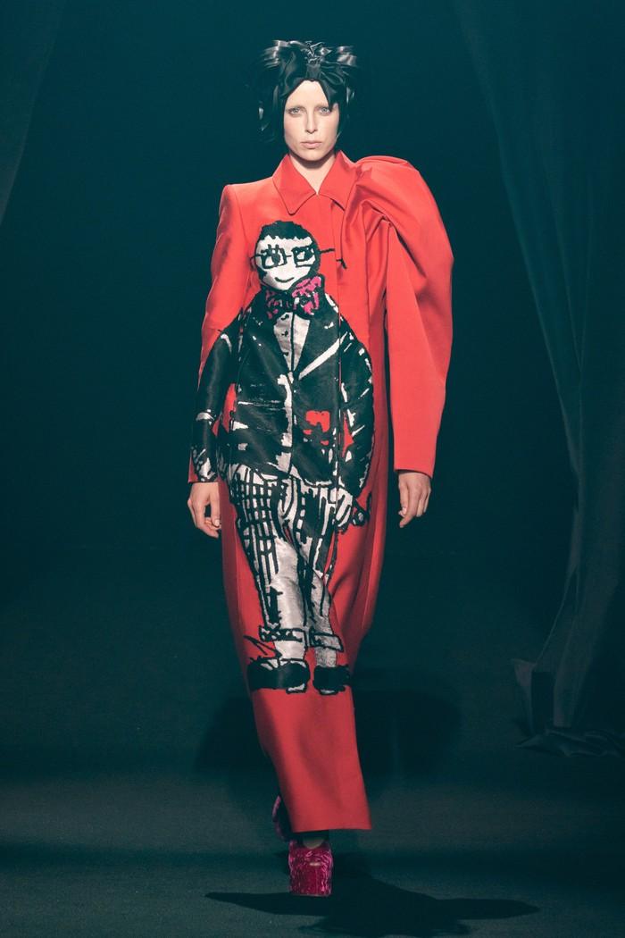 Memperingati wafatnya desainer Alber Elbaz pada April 2021 lalu, sejumalh desainer memberi tribute dengan membuat gaun terinspirasi sang desainer. Seperti Dries Van Noten yang menyertakan ilustrasi Alber pada coat rancangannya. Foto: livingly.com/IMAXtree