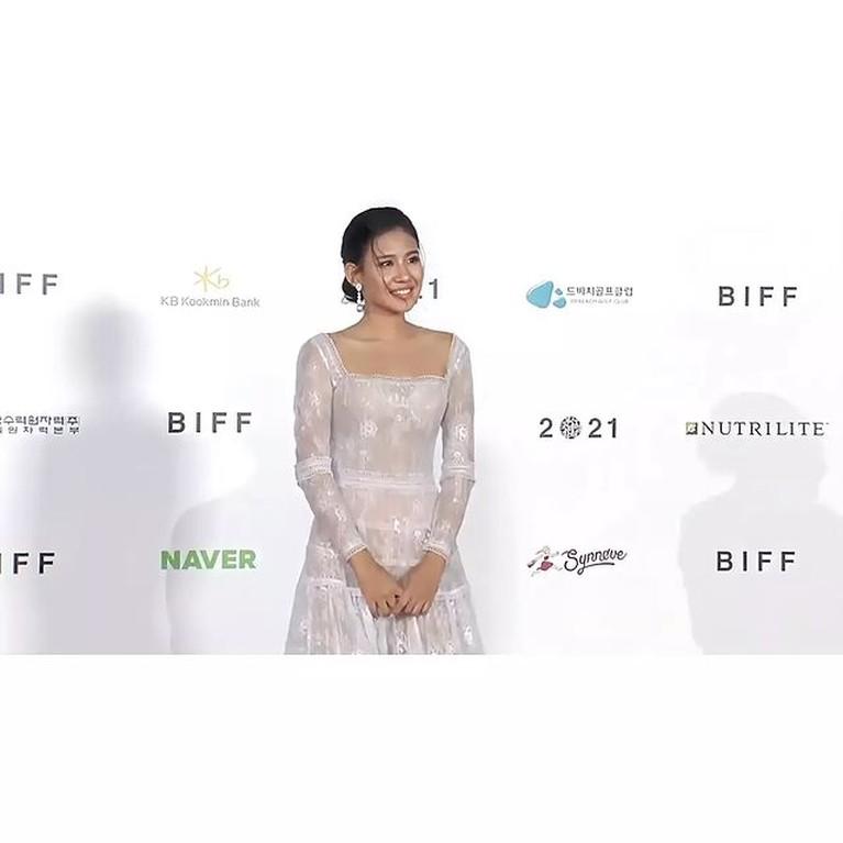 Shena Cinnamon menghadiri world premiere film 'Penyalin Cahaya' di Busan International Film Festival. Yuk kita intip!