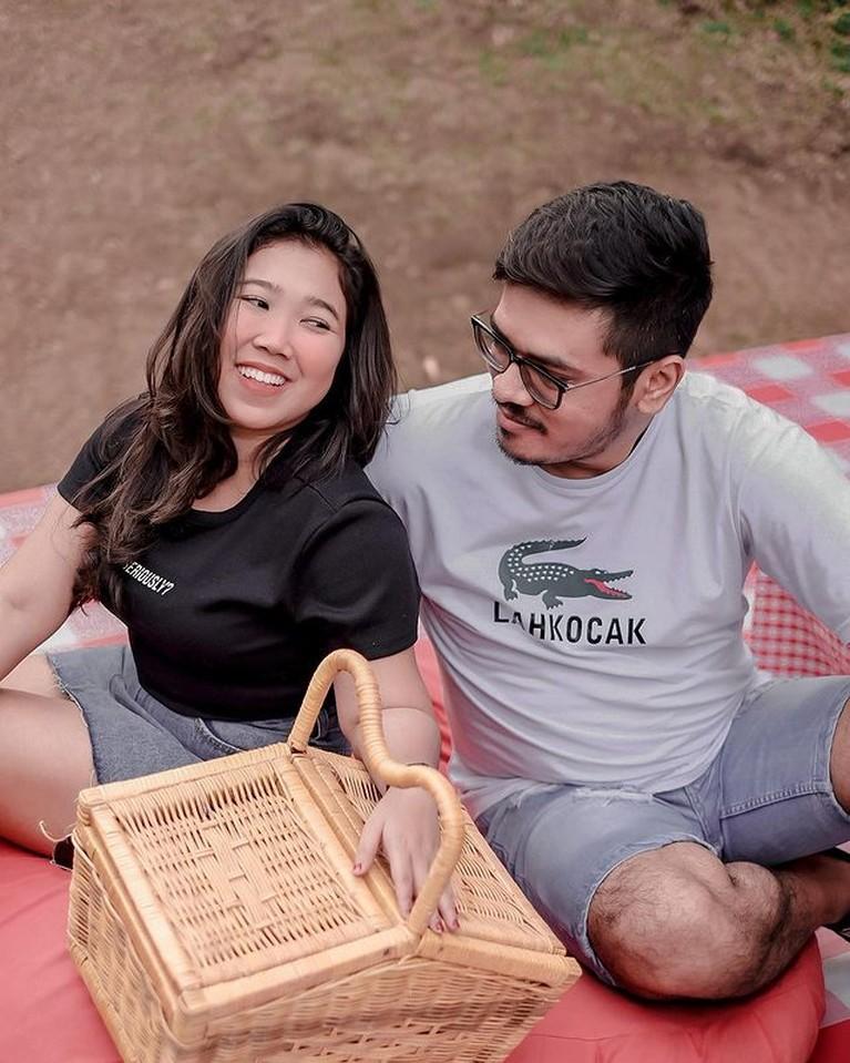 Hubungan asmara Kiky Saputri dan Agus Priyono dikabarkan kandas di tengah jalan. Yuk tengok kemesraan mereka!