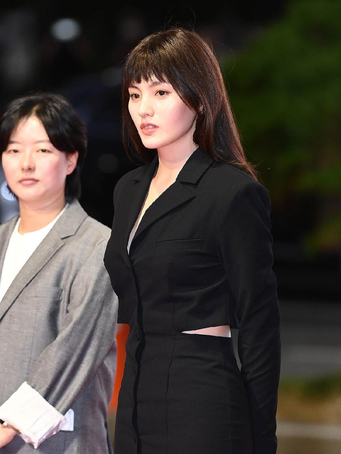 Aktris Kim Yong Jin mengejutkan fans dengan rambut berponinya di acara Busan International Film Festival 2021! Untuk kamu yang baru ingin mencoba gaya rambut baru, kamu bisa coba poni tipis ala Kim Yong Jin ini, Beauties./Foto: soompi.com