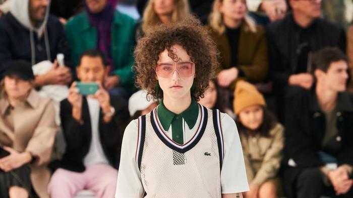 Simak Aksi Ella Emhoff Putri Sambung Kamala Harris Saat Jadi Model di Paris Fashion Week