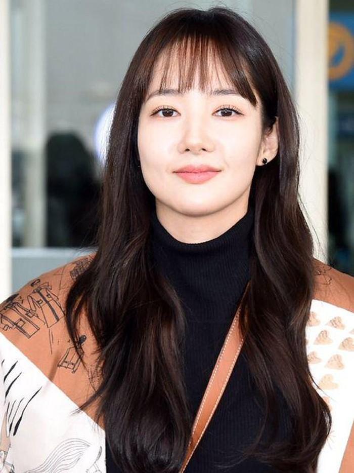 Sama seperti Kim Yong Jin, aktris Park Min Young juga tampil menawan dengan gaya poni tipis yang membingkai wajahnya. Untuk penampilan yang makin manis, kamu bisa menata gaya rambutmu menjadi curly atau wavy hair seperti Park Min Young!/Foto: pinterest.com