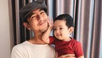 <p>Wajah tampan Ibrahim sudah terlihat bahkan sejak masih kecil nih, Bunda. Banyak yang mengatakan kalau wajahnya sangat mirip sang ayah. (Foto: Instagram: @arya.saloka)</p>