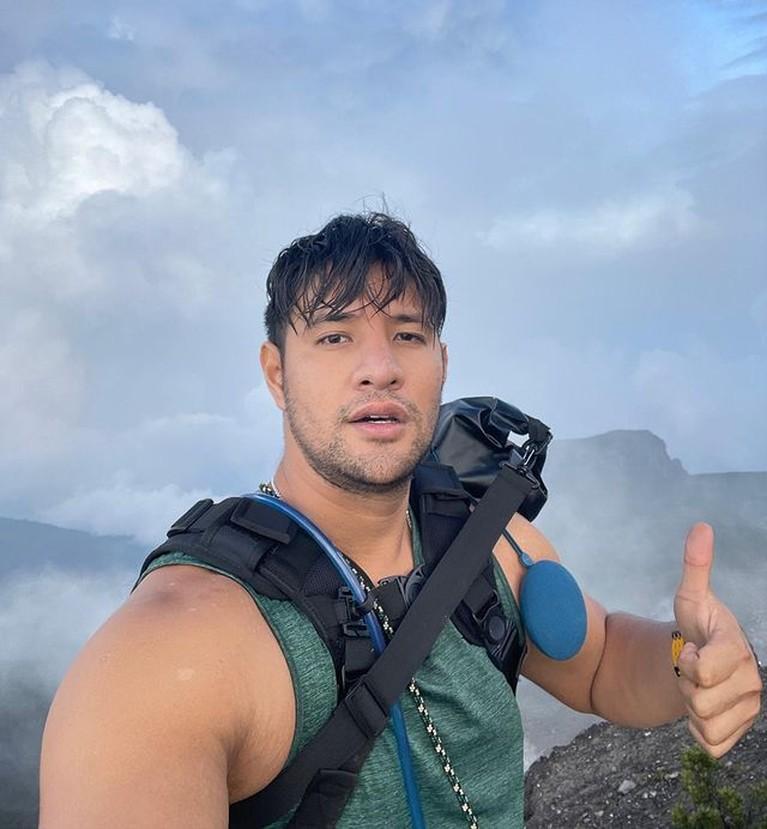 Ammar Zoni dan Irish Bella baru-baru ini mendaki gunung berdua yaitu Gede Pangrango. Yuk kita intip momen romantis mereka!