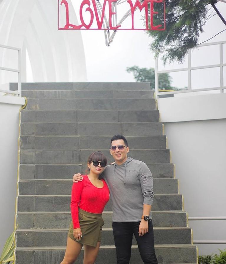 Dinar Candy menjalin hubungan asmara dengan artis FTV Ridho Ilahi. Yuk kita intip potret mesra mereka!