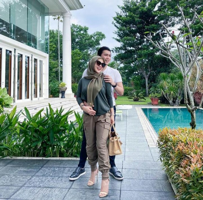 Sering mengabadikan momen kemesraannya bersama suami di akun Instagram pribadinya, Syahrini juga selalu tampil dengan gaya outfit yang modis dan kece lho Beauties/foto : instagram.com/princessyahrini