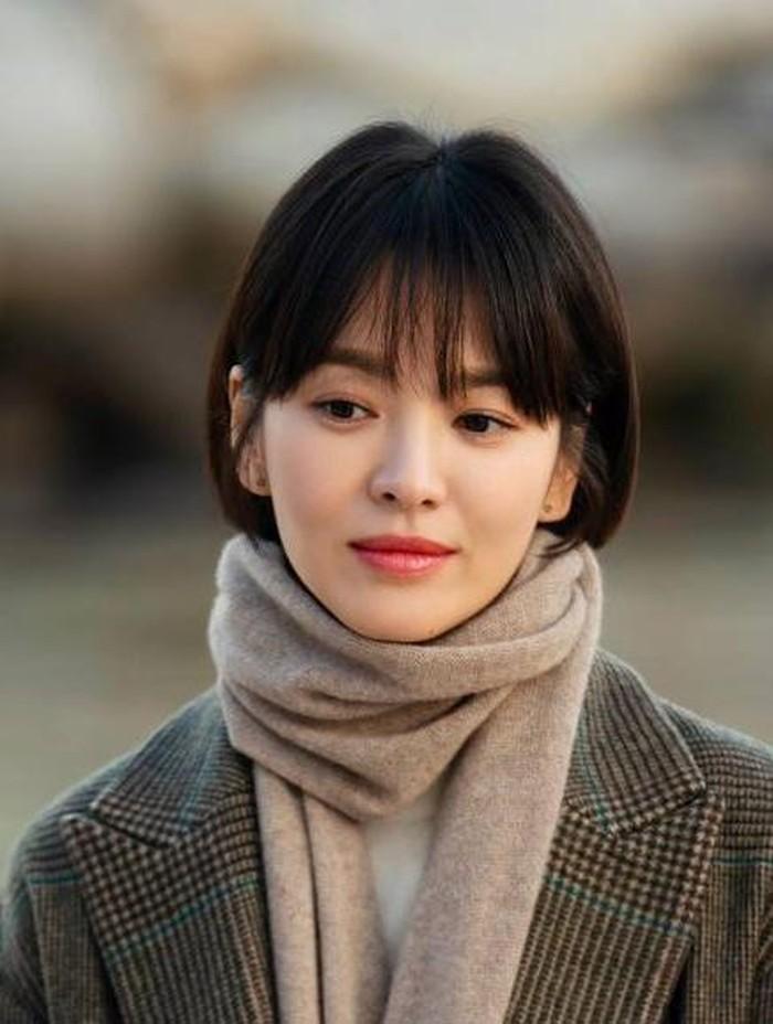Untuk para pemilik rambut pendek, kamu nggak perlu khawatir, Beauties. Rambut pendek dengan gaya poni juga terlihat manis. Kamu bisa contek penampilan Song Hye Kyo ketika tampil di drama Encounter./Foto: weekender.com.sg