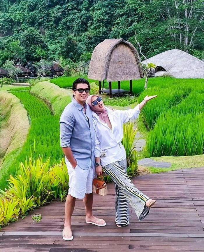 Berlibur di Hotel Mandapa A Ritz-Carlton Reserve Bali yang merupakan salah satu investasi Reino Barack di bidang property development, pasangan serasi ini terlihat memakai sandal dan outfit yang simpel namun berkelas/foto : instagram.com/princessyahrini