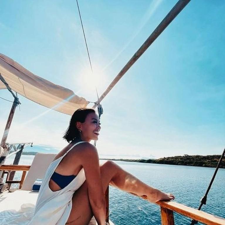 Agnez Mo dan Adam Rosyadi liburan romantis di pulau Dewata, Bali. Yuk kita intip momen mereka!