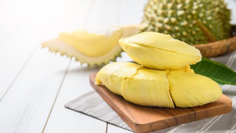 Ibu menyusui makan durian