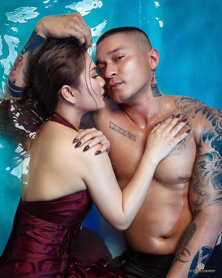 Miller Khan dan Farina Rebecca baru saja melaksanakan prewedding dengan konsep basah-basahan di kolam renang. Yuk intip!
