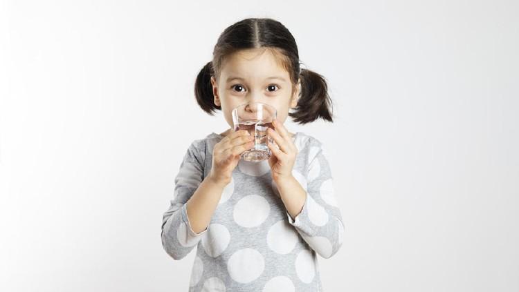 Ilustrasi anak minum air putih