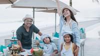 <p>Nah, ini merupakan potret Judika dan Duma Riris ketika mengajak anak-anaknya memasak di tepi pantai. Seru nih! (Foto: Instagram @duma_riris)</p>