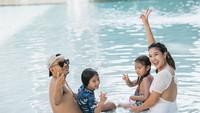 <p>Judika tak pernah absen mengajak keluarganya pergi berlibur. Tengok saja potret keceriaan mereka ketika berenang. (Foto: Instagram @duma_riris)</p>