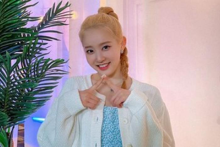 Meskipun sempat diragukan oleh netizen, Sieun sukses membuktikan kemampuannya sebagai vokalis utama di grup STAYC. Bakat menyanyinya ini ternyata ia dapatkan dari sang ayah yang merupakan penyanyi senior, Park Nam Jung./Foto: instagram.com/stayc.sieun
