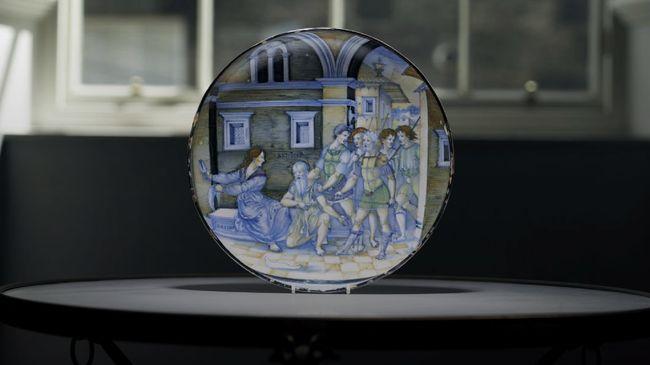 Sebuah piring yang sangat langka dari abad 16 telah terjual di pelelangan seharga lebih dari $1,7 juta - 10 kali lipat dari perkiraan semula.