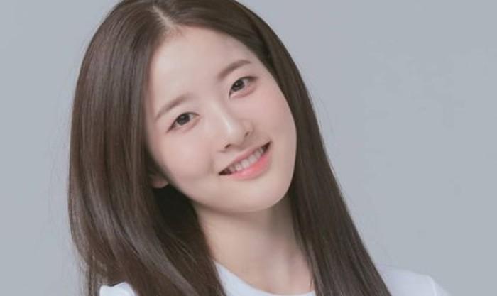 Sebelum resmi menjadi idol, Sieun telah lebih dulu dikenal sebagai aktris cilik dengan nama Park Si Eun, di bawah naungan JYP Entertainment. Ia juga dekat dengan anggota TWICE dan ITZY yang merupakan girl group naungan JYP Entertainment./Foto: instagram.com/stayc.sieun