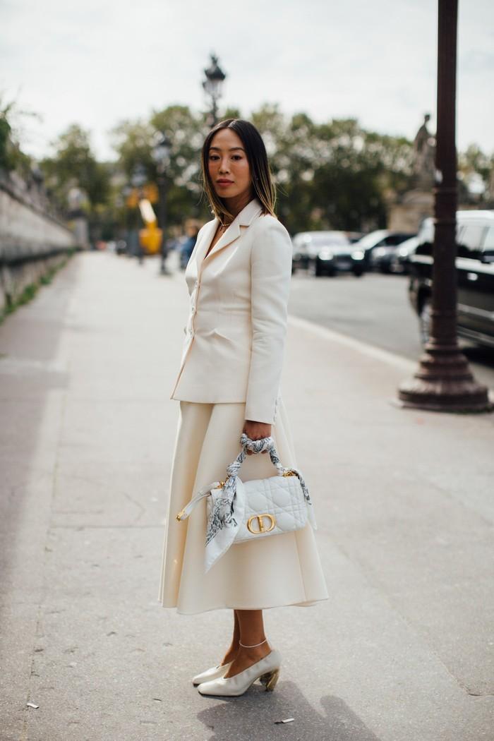 Tampil chic dengan setelan rok lebar dari gaya New Look khas Dior. Foto: livingly.com/IMAXtree