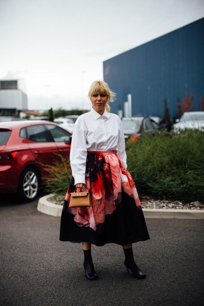 Injeksi motif flora yang mendominasi, memberi nuansa dramatis pada rok bersiluet A-line. Kenakan bersama kemeja putih agar tetap terlihat effortless. Foto: livingly.com/IMAXtree